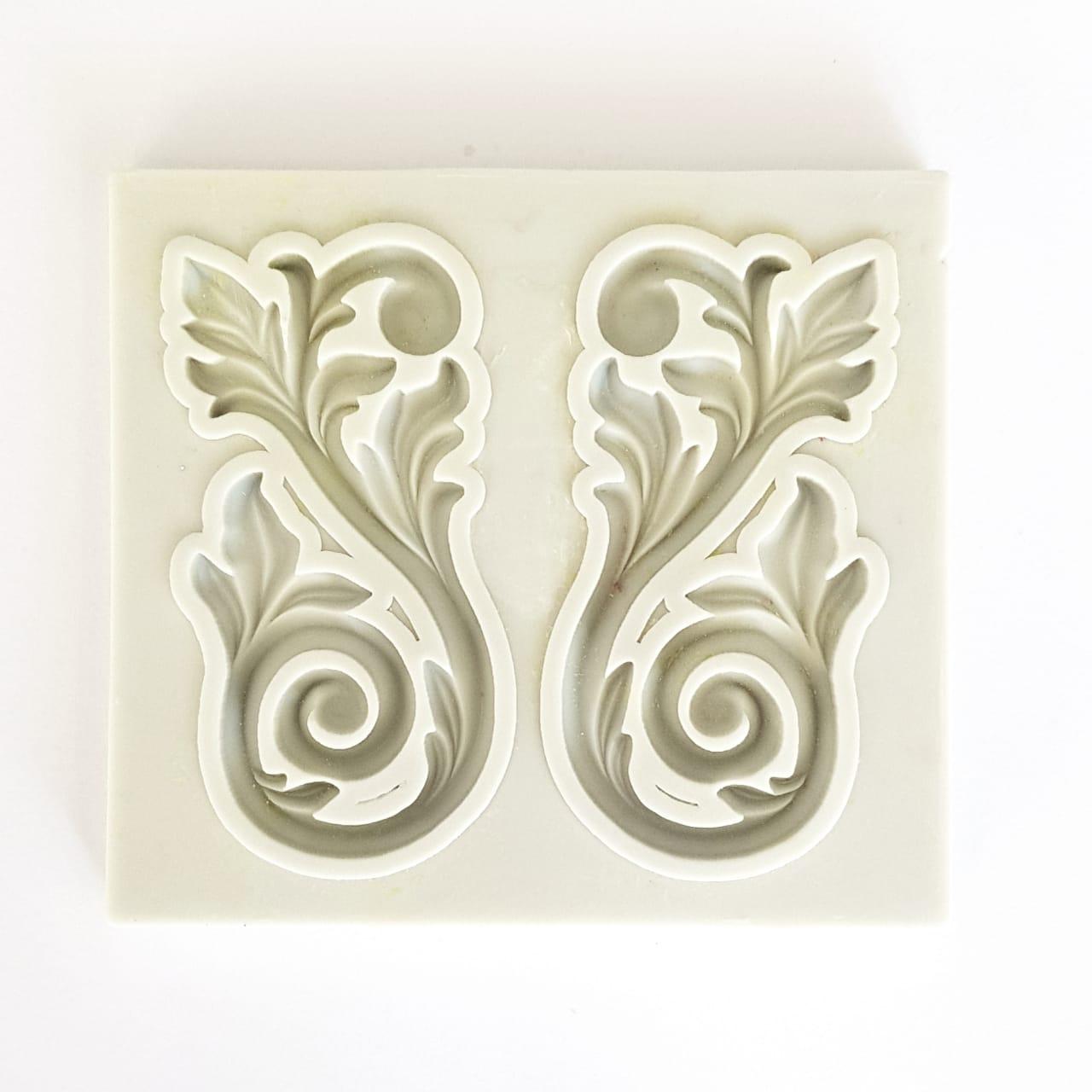 Molde de silicone com formato de arabesco com folhas. Ideal para ser utilizado com pasta americana.