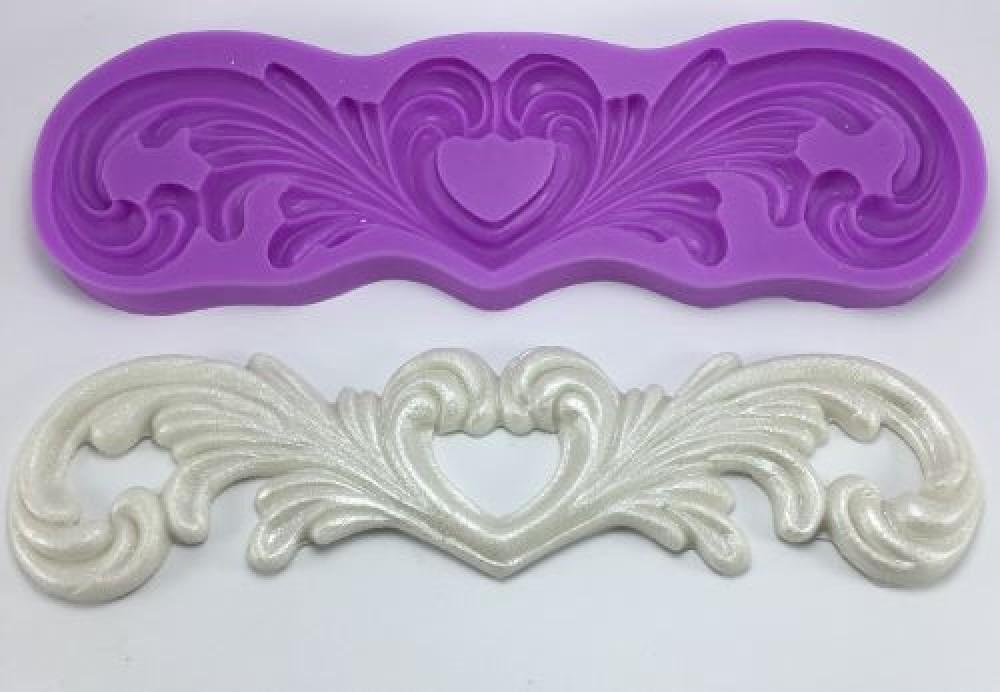 Molde de Silicone com formato de Arabesco e coração. Ideal para utilizar com Pasta Americana.