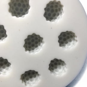 Molde de silicone em formato da fruta framboesa.
